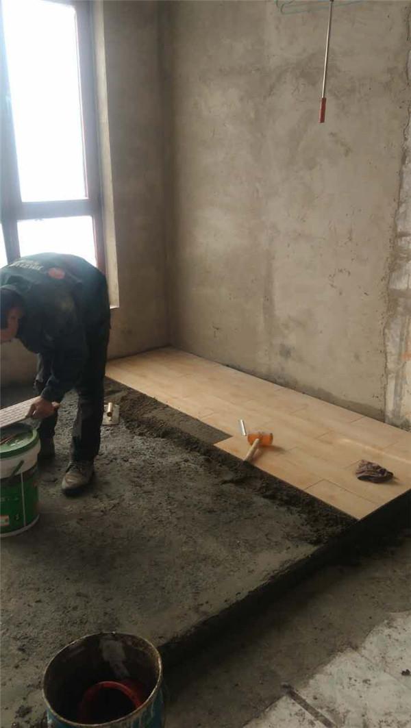 室内装修工人干活图片