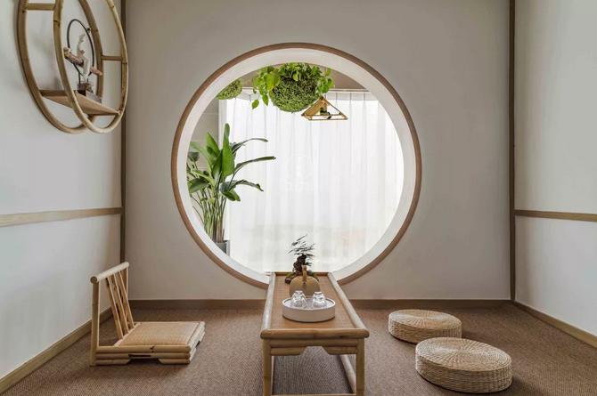 圆形的室内窗户打通茶室与阳台的空间,以满足采光和透气性